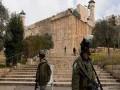 المغرب اليوم - أم فلسطينية تتشبَّث بقبر إبنها لتمنع نبشه من قبل قوات الاحتلال