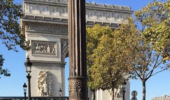 """بِدأ تغليف أشهر معالم باريس """"قوس النصر"""" بقماش أزرق من صنع الفنان الراحل كريستو تكريماً له"""