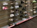 المغرب اليوم - الأحذية النيون الملوّنة موضة شتاء 2022