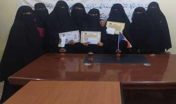 """نساء """"داعش"""" في مخيم شرق سوريا يرتدين الجينز والألوان الزاهية ويضعن العطورات وبلا نقاب"""