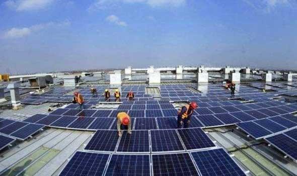 عبد الرحيم الحافظي يقوم بزيارتة الأولي إلي محطة ضخمة للطاقة الشمسية في أرفود