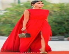 المغرب اليوم - مهيرة عبد العزيز تتألق في أحدث إطلالتها بفستان أحمر وحذاء ذهبي